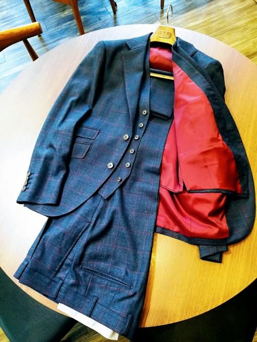 国産服地で仕立てたスリーピーススーツのオーダー事例。¥48,000+オプション